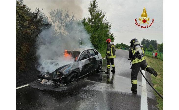 Auto si incendia dopo uno scontro a Castel San Pietro