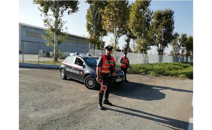 Ubriaco in bicicletta ingiuria e danneggia l'auto dei carabinieri