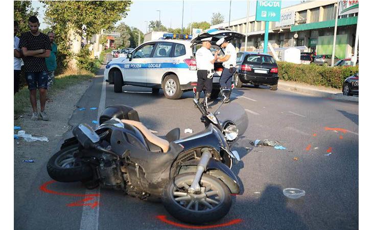 Violento scontro tra auto e moto in via Pisacane, centauro trasportato al Bufalini