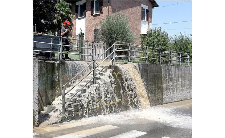 Tubi della rete idrica rotti durante degli scavi, chiuso per ore il sottopasso di via I Maggio, famiglie senz'acqua – IMMAGINI E VIDEO