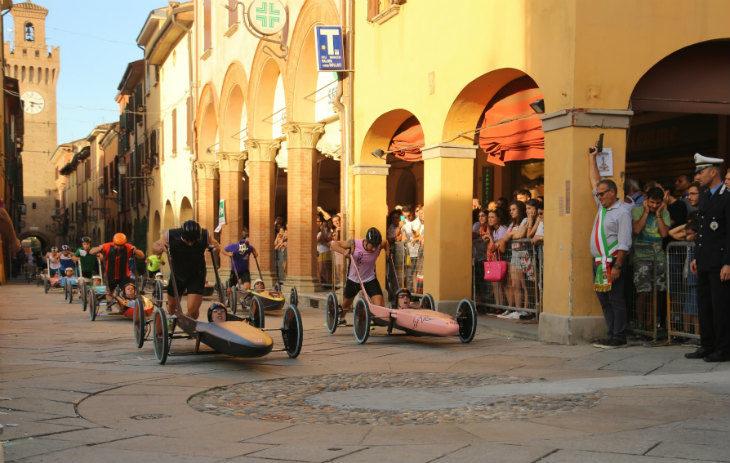 La Carrera accende il centro storico di Castel San Pietro Terme: è tempo di Superpole