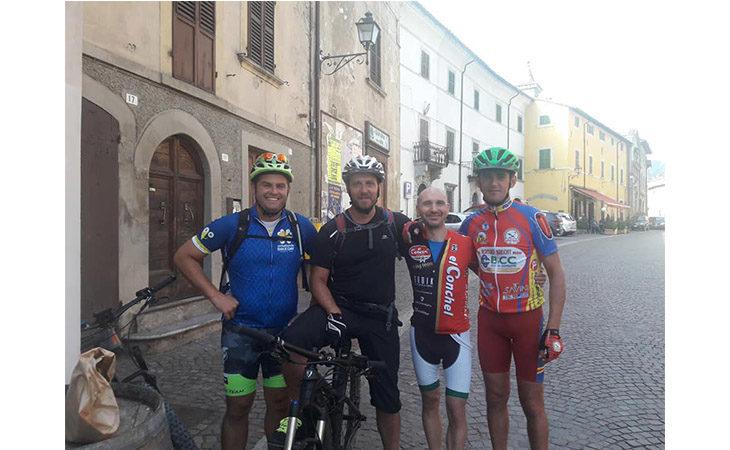 Mountain bike, Stefano Dalfiume e gli «assistiti» tra Firenze e Roma con bici elettriche e droni