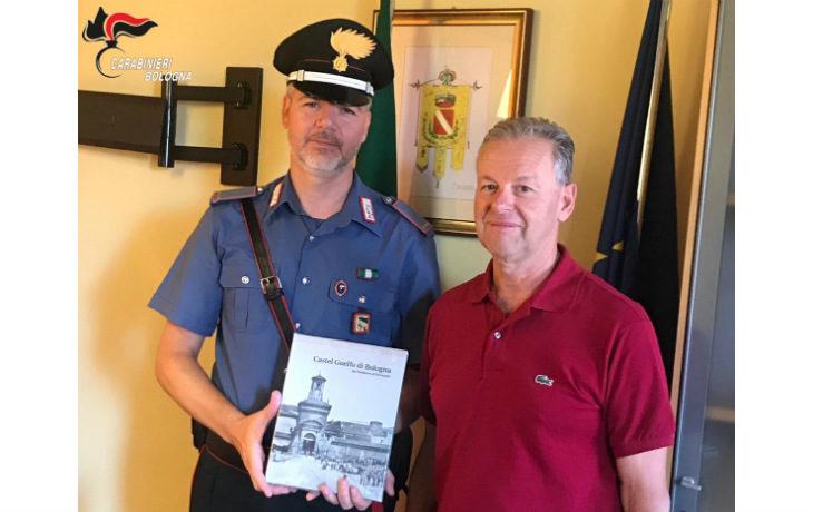 L'omaggio del sindaco Franceschi al neo maresciallo Dario Greco che lascia Castel Guelfo dopo 23 anni