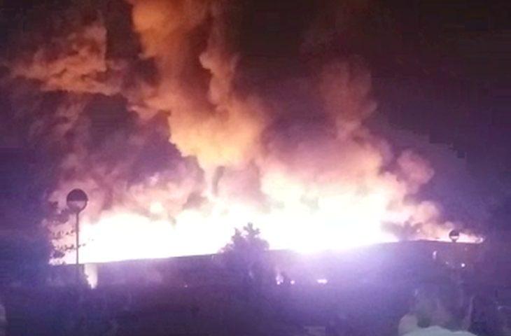 Maxi incendio a Faenza, possibile plastica in fiamme. Al lavoro da stanotte sette squadre di Vigili del Fuoco
