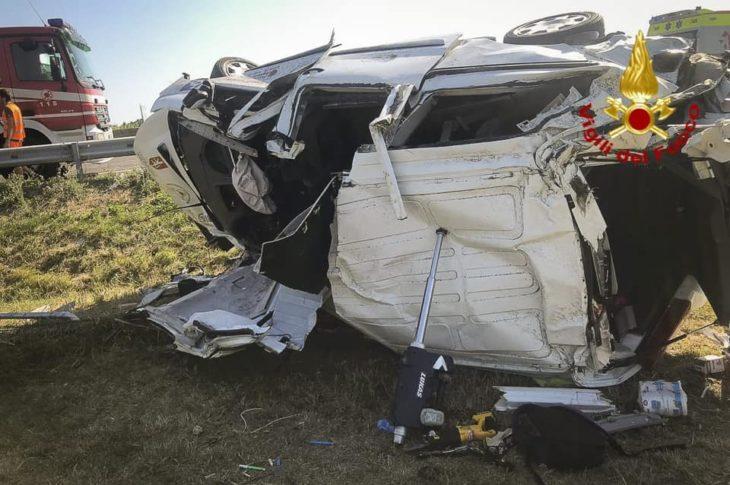 Pulmino si ribalta in autostrada. Sette feriti e lunghe code