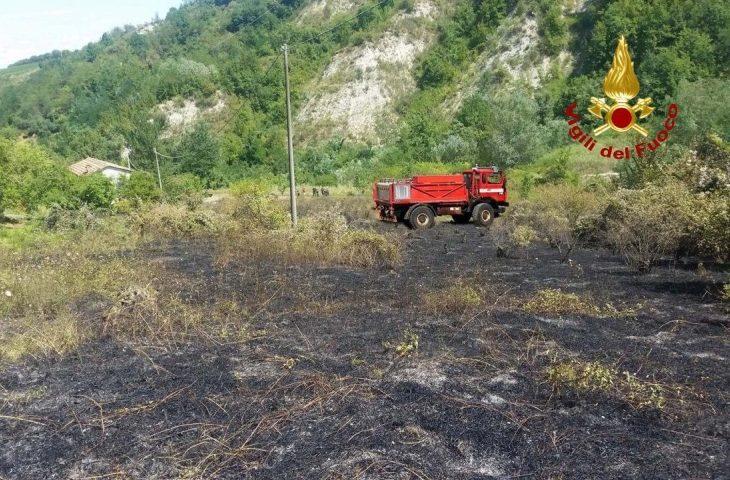 Incendio a Borgo Tossignano. A fuoco rovi e sterpi. Nessuna conseguenza per una casa vicina