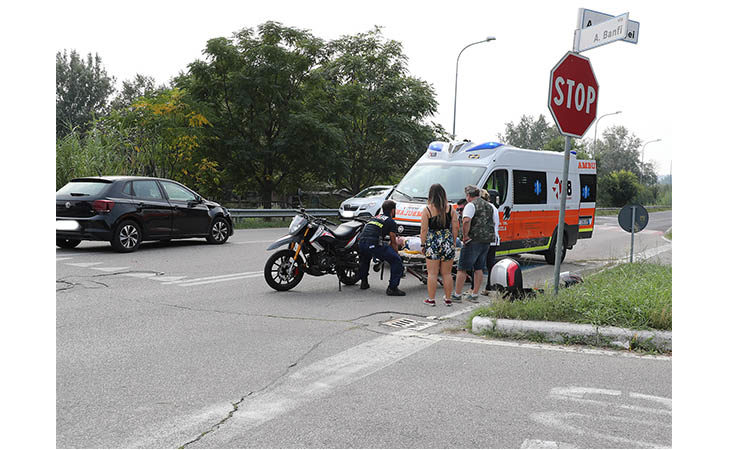 Scontro tra auto e moto all'incrocio tra via Graziadei e via Banfi