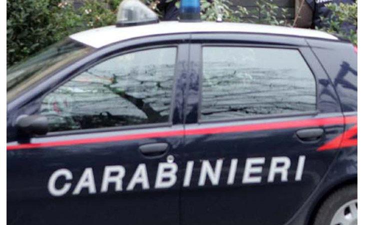 Minaccia di morte una barista ed aggredisce due carabinieri, 50enne in manette