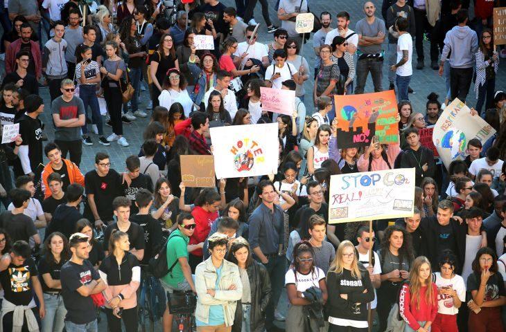 """Più di settecento bambini e ragazzi in piazza per il clima. """"Protestiamo per il diritto di vivere'"""