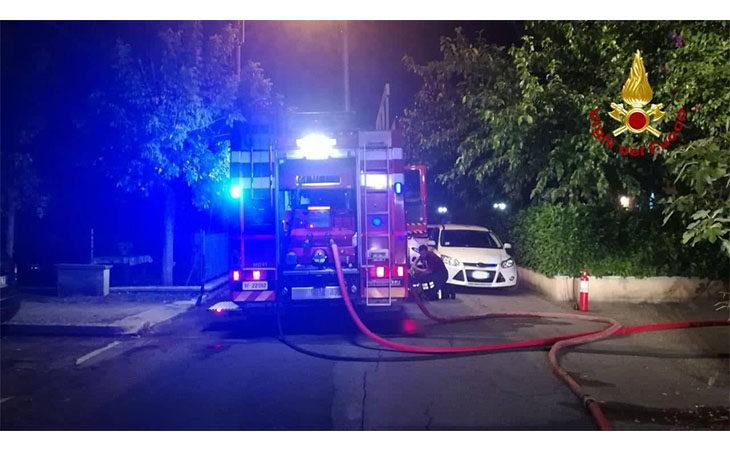 Incendio in un capanno degli attrezzi, le fiamme raggiungono anche un condominio
