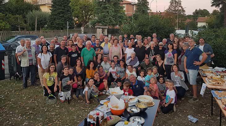 """Un centinaio di partecipanti all'aperitivo della """"social street Via Foscolo' di Castel San Pietro"""