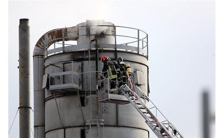 Incendio in falegnameria, a fuoco un silos con materiale di scarto