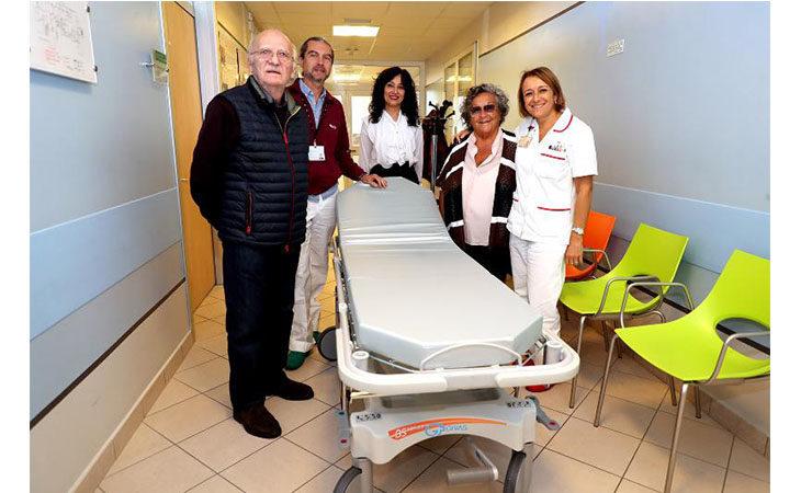 L'associazione Voluptates in aiuto all'oncologia di Imola, donate due nuove barelle