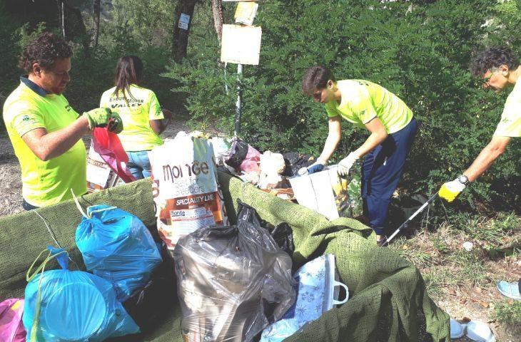 Enduro Motor Valley raccoglie e porta via i rifiuti abbandonati