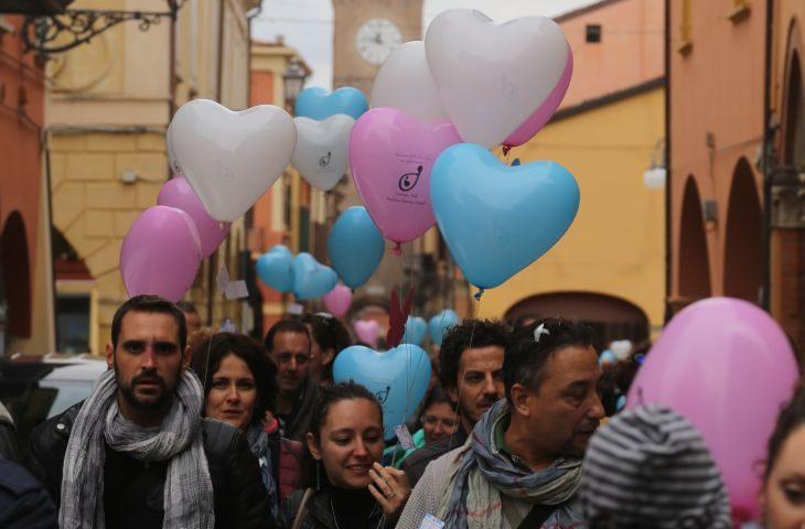 Il Cassero di Castel San Pietro si tinge di rosa e azzurro per la Giornata internazionale della consapevolezza sulla morte perinatale