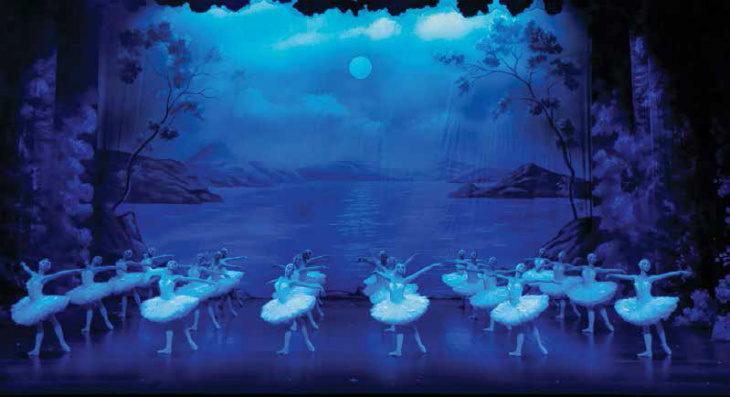 Al teatro Stignani il Balletto di Mosca porta in scena l'amore di Odette e Siegfried nel «Lago dei Cigni»