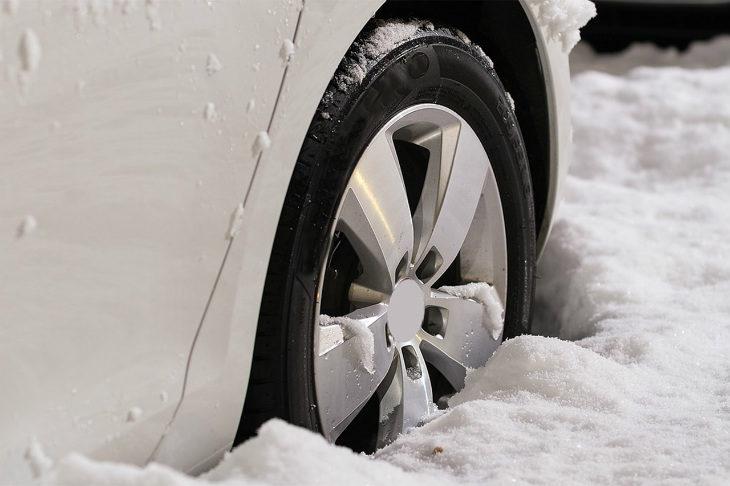 Da oggi scatta l'obbligo di montare in auto gomme da neve o tenere le catene a bordo