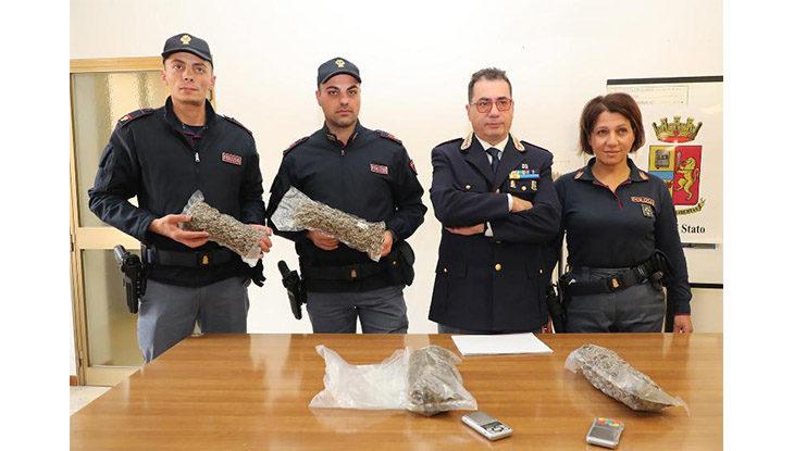 La polizia arresta quattro giovani spacciatori, fermati con oltre un chilo di marijuana nel bagagliaio