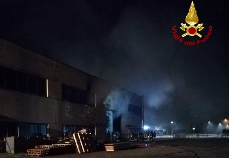 Incendio in un capannone a Castel Guelfo. A fuoco anche un camper con bombole di Gpl.