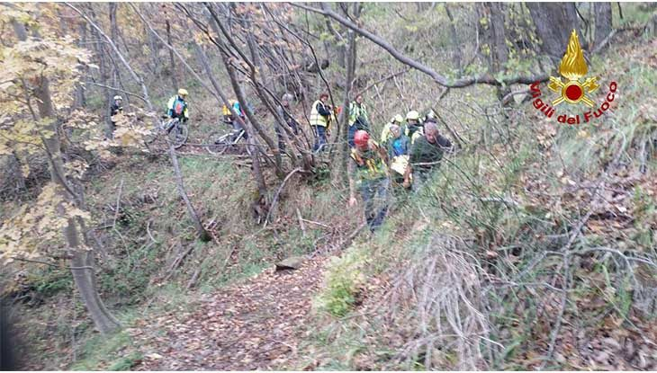 Ciclista cade in una scarpata, recuperata dal soccorso alpino e trasportata al Maggiore