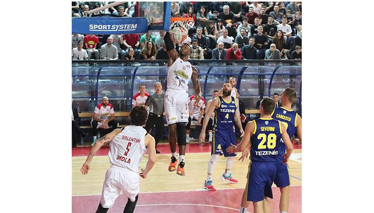 Basket A2, che cuore l'Andrea Costa. Beffata nel finale in rimonta l'Urania Milano
