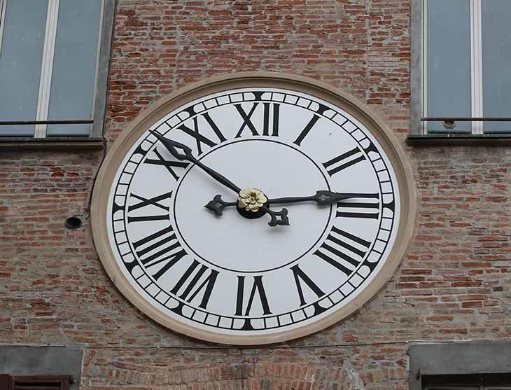 Oggi pomeriggio l'orologio del comune di Imola ha ricominciato a funzionare