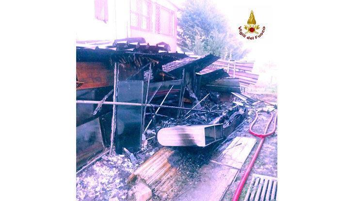 Incendio a Casalfiumanese, in fiamme un deposito di legna