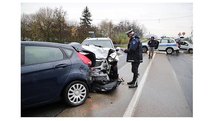 Scontro tra auto sulla via Correcchio, feriti due giovani ed una 59enne