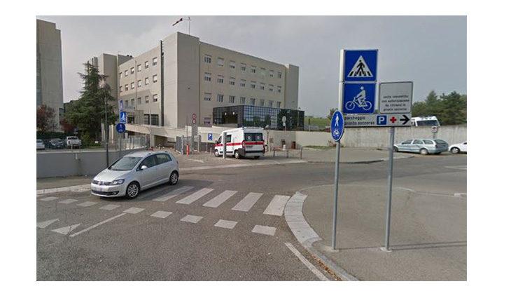Aggredisce verbalmente i sanitari del pronto soccorso e ferisce due carabinieri, arrestato 26enne