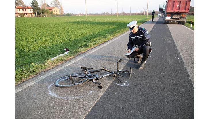 Ciclista 50enne muore travolto da un camion in via Casola Canina