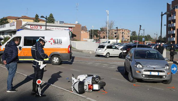 Auto non dà la precedenza all'incrocio ed investe un motorino, ferito 20enne