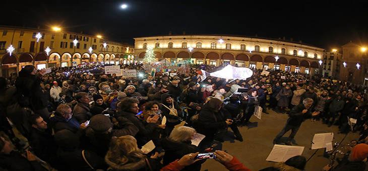 """Oltre duemila """"sardine' a Imola. Il leader Santori invita ad andare a votare il 26 gennaio – VIDEO"""