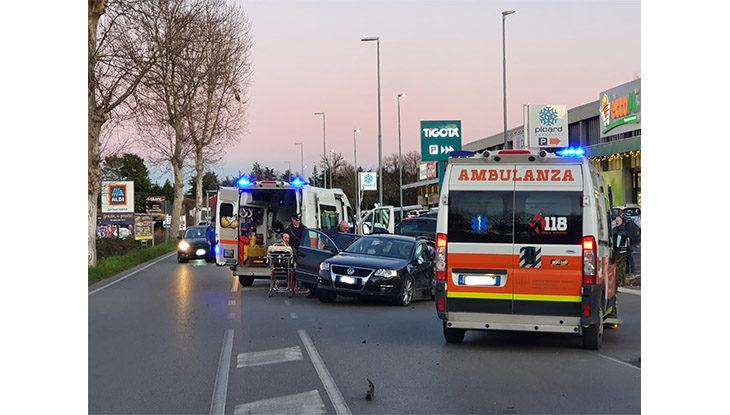 Maxi incidente in via Pisacane, tre auto coinvolte e diversi feriti