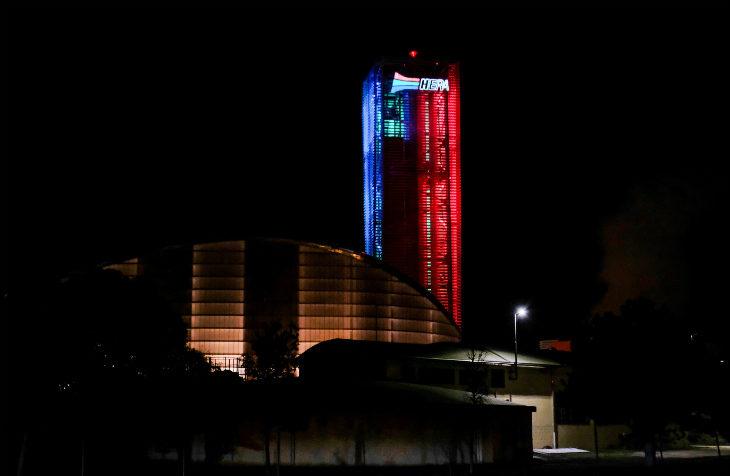 Anche la torre di Hera si adegua alle festività con un'illuminazione speciale per il periodo natalizio