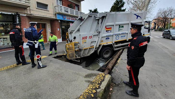 Crolla un tratto di ciclabile in viale Carducci, camion dei rifiuti finisce nella voragine