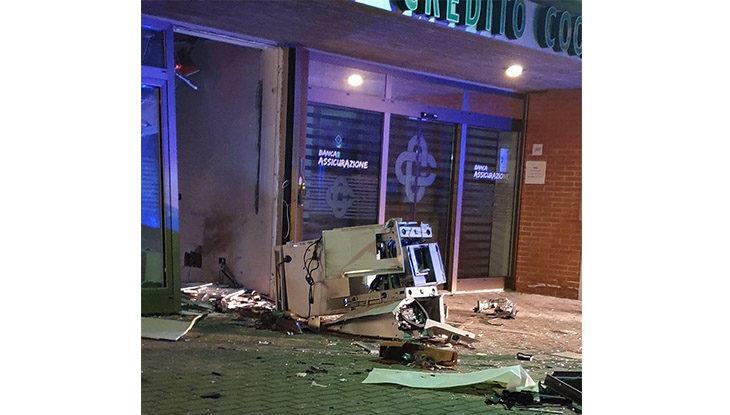 Fanno esplodere il bancomat della Bcc di Casale e fuggono con un bottino da 30 mila euro