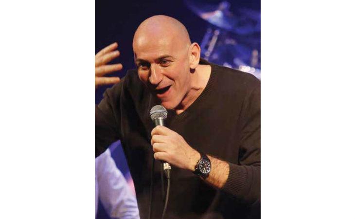 Sergio Sgrilli a Medicina racconta i suoi «20 in poppa» tra musica e risate