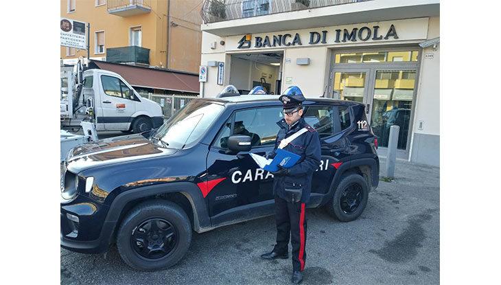 Sradicano il bancomat con un carro attrezzi, carabinieri sventano il colpo