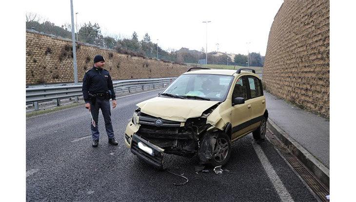 Perde il controllo dell'auto sull'asse attrezzato e urta lo spartitraffico, ferito 52enne imolese