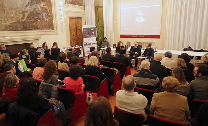 Sala delle Stagioni gremita per «Turno di Notte», il concorso di racconti scritti a partire dall'incipit di Carlo Lucarelli – VIDEO