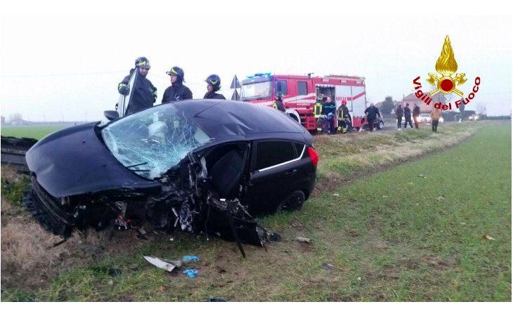 Frontale tra due auto in via Medesano, denunciato 53enne. Giovane donna trasportata d'urgenza al Maggiore