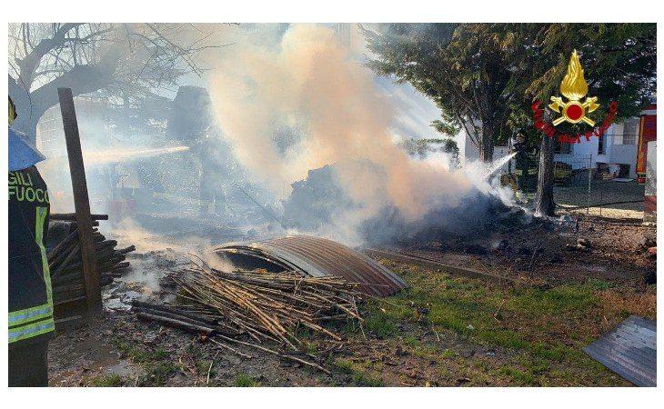 Catasta di legna in fiamme a Casola Canina