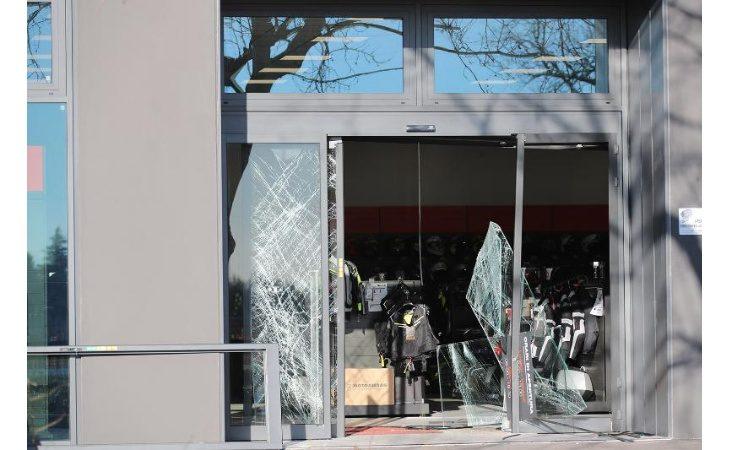 Spaccata in un negozio di accessori per moto, danni ingenti e ladri in fuga con la merce