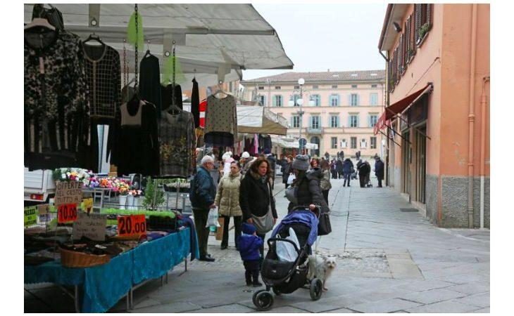 Mercato di Castello, entro Pasqua metà delle bancarelle si spostano dal parcheggio di via Oberdan