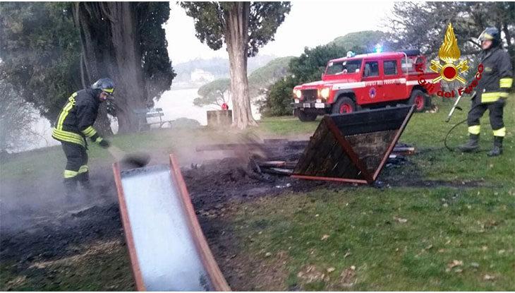 Vandali al parco Tozzoni, in fiamme l'area giochi dei bambini