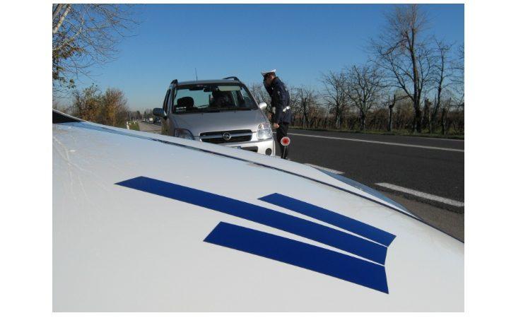 Danneggia il muretto di una casa con l'auto e scappa, rintracciato dalla polizia locale