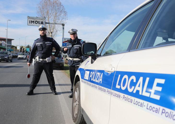 Senza patente al volante di un autocarro, multato dalla polizia locale