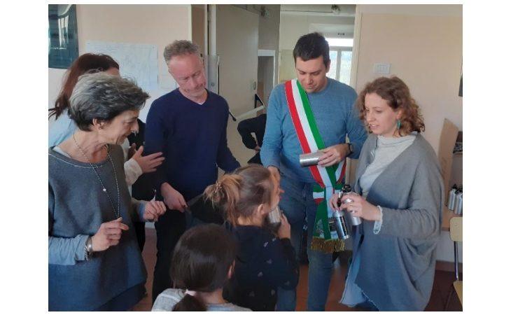 Progetto «Castello Plastic Free», consegnate le borracce di alluminio nelle scuole