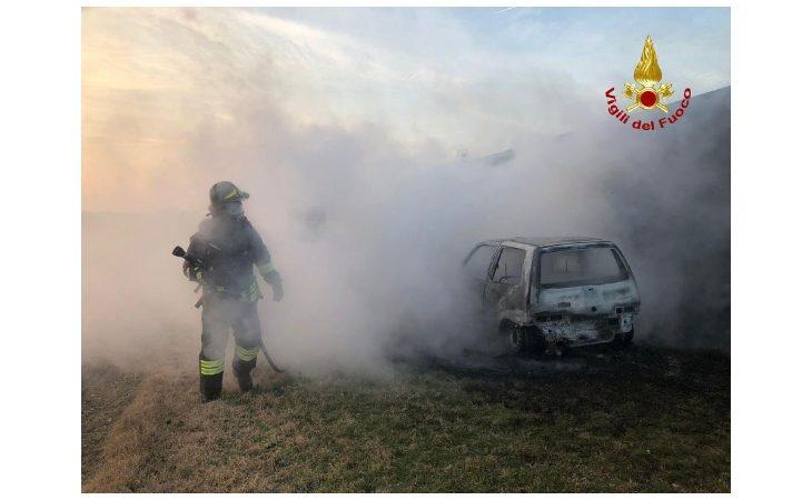 Auto in fiamme in un campo a Medicina, in corso le indagini dei carabinieri