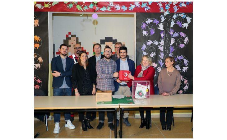 L'associazione culturale «Noi Giovani» ha donato un defibrillatore all'Istituto comprensivo Carducci di Imola